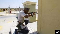 利比亞領導人卡扎菲在首都的黎波里的官邸再次爆發戰鬥。