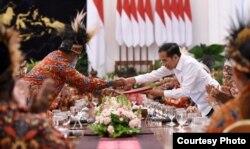 Presiden Jokowi menerima dokumen dari ketua delegasi papua, Abisai Rollo, di Istana Merdeka, Jakarta, 10 September 2019. (Foto: Setpres RI)