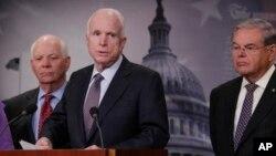 Thượng nghị sĩ Cộng hòa John McCain, bang Arizona (giữa) loan báo dự luật trừng phạt Nga về tin tặc, làm mất ổn định thế giới. (ảnh chụp ngày 10/1/2017)