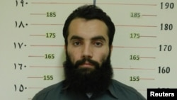 Anas Haqqani, pemimpin senior jaringan Haqqani, yang ditangkap oleh Badan Intelijen Afghanistan (NDS) di provinsi Khost, dalam foto yang dirilis 16 Oktober 2014.