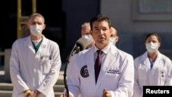 وائٹ ہاؤس کے ڈاکٹرز صدر کی صحت سے متعلق ذرائع ابلاغ کو بریف کر رہے ہیں۔ (فائل فوٹو)