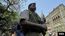 Polisi berjaga di luar Pengadilan Bombay sebelum diumumkannya hukuman bagi Ajmal Kasab (Foto: dok).