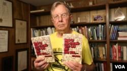 """Bagaimana Menyukai Orang yang Berbeda dengan Anda"" adalah buku tulisan Ed Chasteen, pendiri HateBusters, yang misinya adalah tidak untuk memerangi kebencian, tetapi mencegahnya. (VOA/R. Taylor)"