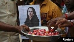 印度南部村莊圖蘭森德拉普蘭村的村民手舉賀錦麗的照片,分發糖果慶祝該村村民的後代成為美國副總統。(2021年1月20日)