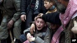一位伊德利卜的男孩3月8日在他父亲的葬礼上哭泣,他的父亲是被叙利亚军队的狙击手射杀的