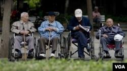 北京一群老年人在公園休息(資料照片)