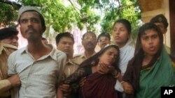 Abul Kalam Azad (kiri) dan ibunya Monwara Begum (tengah) dan saudara perempuannya Roasana Akhter (kanan) saat dibawa ke pengadilan di Narayanganj, 16 kilometers sebelah tenggara Dhaka, Bangladesh, 26 November 2000 (Foto: dok).