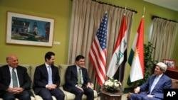 美国国务卿克里(右)与伊拉克官员进行双边会谈前,4月8日在伊拉克总理办公室与总理阿巴迪握手致意。