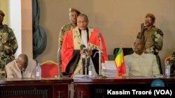 Le président de la cour annonce le report du procès d'Amadou Haya Sanogo, l'ex-chef de la junte malienne, et ses 17 coaccusés, à Sikasso, Mali, 8 décembre 2016. (VOA/Kassim Traoré)
