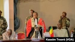 Le président de la cour annonce le report du procès d'Amadou Haya Sanogo, l'ex-chef de la junte malienne, et ses 17 coaccusés, a la Cour d'assise, à Sikasso, Mali, 8 décembre 2016. (VOA/Kassim Traoré)