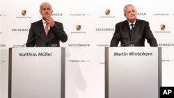 5일 인수합병 기자회견을 가진 마티아스 뮐러 포르셰 최고경영자(왼쪽)와 마틴 빈터콘 폭스바겐 최고경영자.