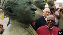 L'archevêque sud-africain Desmond Tutu, prix nobel de la paix en 1984, Desmond Tutu, à Cape Town, Afrique du sud, le 16 décembre 2005.