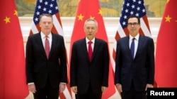 美国贸易代表莱特希泽(左)、美财政部长姆努钦(右)和中国副总理刘鹤在北京钓鱼台国宾馆举行美中高级别贸易谈判前合影。(2019年2月14日)
