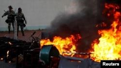 抗議者星期天在沙田(9月22)焚燒了一個路障。路透社