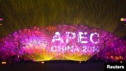 2014年11月4日,北京在国家体育场鸟巢为亚太经合组织峰会举行灯光和焰火彩排。体育馆巨大电子显示屏上打出了APEC标志。