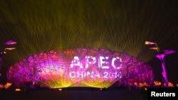 Một màn hình hiển thị logo APEC ở Sân vận động Quốc gia trong một buổi tổng duyệt cho hội nghị APEC ở Bắc Kinh 4/11/ 2014.