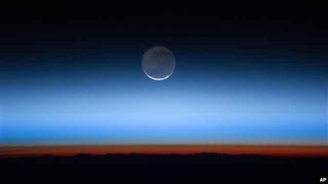 """Mặt trăng được cho là chứa các khoáng sản """"đất hiếm"""" dùng để làm máy điện toán, phi đạn và tua bin gió, mà nguồn cung cấp ngày càng thiếu hụt ở trái đất."""