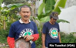 Ketua Bank Sampah NF Badru Hidayat mengatakan produksi paving block lebih ringkas dan lebih terjangkau, Gedebage, Bandung, 7 Februari 2019. (Foto: Rio Tuasikal/VOA)