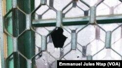 n fenêtre cassée à la gendarmerie de Nsanakang, dans la localité de Mamfé, à 321 km de Yaoundé, Cameroun, 8 décembre 2017. (VOA/Emmanuel Jules Ntap)