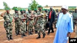 Le président IBK revoit des troupes près de Bamako (AFP photo).