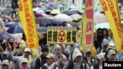 Dân chúng Ðài Loan biểu tình chống hạt nhân dưới trời mưa tại Đài Bắc, ngày 8/3/2014.