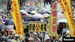 2014年3月8日,台湾示威者冒雨上街反对核四工程。