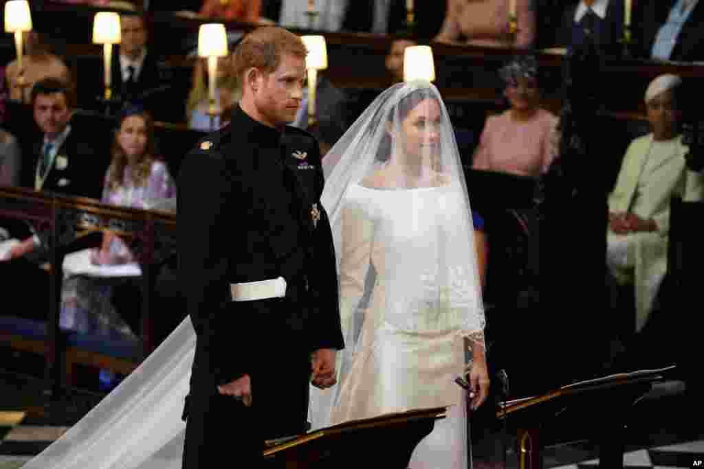 Prens Harry ve Meghan Markle, evlenmek üzere, mihrapta rahibin önünde
