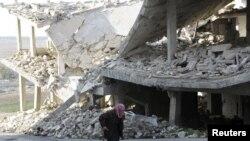 បុរសវ័យចំណាស់ម្នាក់ដើរកាត់អាគារខូចខាតមួយនៅតំបន់គ្រប់គ្រងដោយពួកឧទ្ទាមនៅក្រុង Maaret al-Numan នៅខេត្ត Idlib ប្រទេសស៊ីរី នាថ្ងៃទី២១ ខែធ្នូ ឆ្នាំ២០១៥។