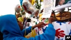 Mtoto akiweka kadi kumtakia Mandela apone haraka nje ya hospitali ya Mediclinic Heart, ambapo Mandela amelazwa, June 26, 2013.