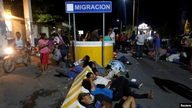 Migrantes pernoctaron en el paso fronterizo entre México y Guatemala.