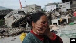 지진으로 폐허가 된 집 앞에서 울고 있는 쓰촨성 주민