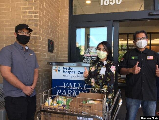 Pebisnis Indonesia, Emil Ranakusuma (kanan) dan putranya, Pasha (kiri) mengantar donasi makanan ke rumah sakit di AS (Dok: Emil Ranakusuma)