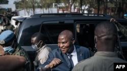 Le président de la République centrafricaine Faustin Archange Touadera (2e R) arrive au bureau de vote du lycée Barthélemy Boganda dans le 1er arrondissement de Bangui, en République centrafricaine (RCA), le 27 décembre 2020.