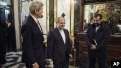 Les chefs de la diplomatie américaine J.Kerry et iranienne M.Javad Zarif, le 30 octobre 2015 (Brendan Smialowski/Pool via AP)