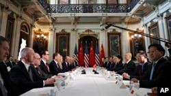 Las delegaciones de Estados Unidos y China se reúnen en la Sala de Tratados de la India en el edificio de la Oficina Ejecutiva de Eisenhower en el complejo de la Casa Blanca. Foto de archivo.