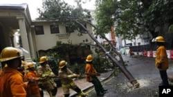 香港消防員清理韋森特颱風留下的破壞
