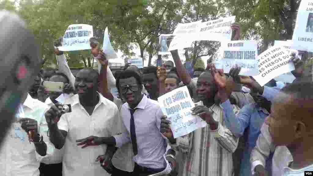 Des jeunes ont manifestés devant le tribunalde grande instance de N'Djamena lors de la comparution de 5 leaders de la société civile arrêtés, le 7 avril 2016.