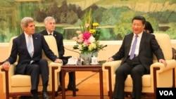 克里与习近平2015年5月17日于北京人民大会堂(美国之音莉雅拍摄)