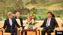 2015年5月17日美国国务卿克里与中国国家主席习近平在北京人民大会堂会谈。(美国之音莉雅拍摄)