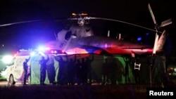 9일 태국 치앙라이 매사이 지구 탐루엉 동굴에서 구조된 소년들을 구조대원들이 대기하던 구급차량으로 수송하고 있다.