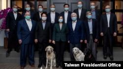 台湾总统蔡英文4月15日在台北宴请美国总统拜登派遣的美国资深访台团一行。(台湾总统府图片)