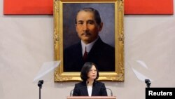 차이잉원 타이완 총통이 지난달 31일 타이페이에서 신년전야 기자회견을 진행하고 있다. 뒤로 보이는 것은 타이완과 중국 양쪽에서 '국부'로 추앙받는 쑨원의 초상. (자료사진)