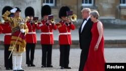 Thủ tướng Anh Theresa May và Tổng thống Mỹ Donald Trump duyệt hàng quân dàn chào tại Dinh Blenheim ngày 12/7/2018.