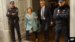 Mantan ketua Parlemen Catalonia, Carme Forcadell (kedua dari kiri) meninggalkan pengadilan Spanyol usai menjalani sidang hari Kamis (2/11) lalu.