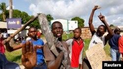 Cư dân xuống đường biểu tình phản đối vụ tấn công thị trấn ven biển Mpeketoni, ngày 17/6/2014.