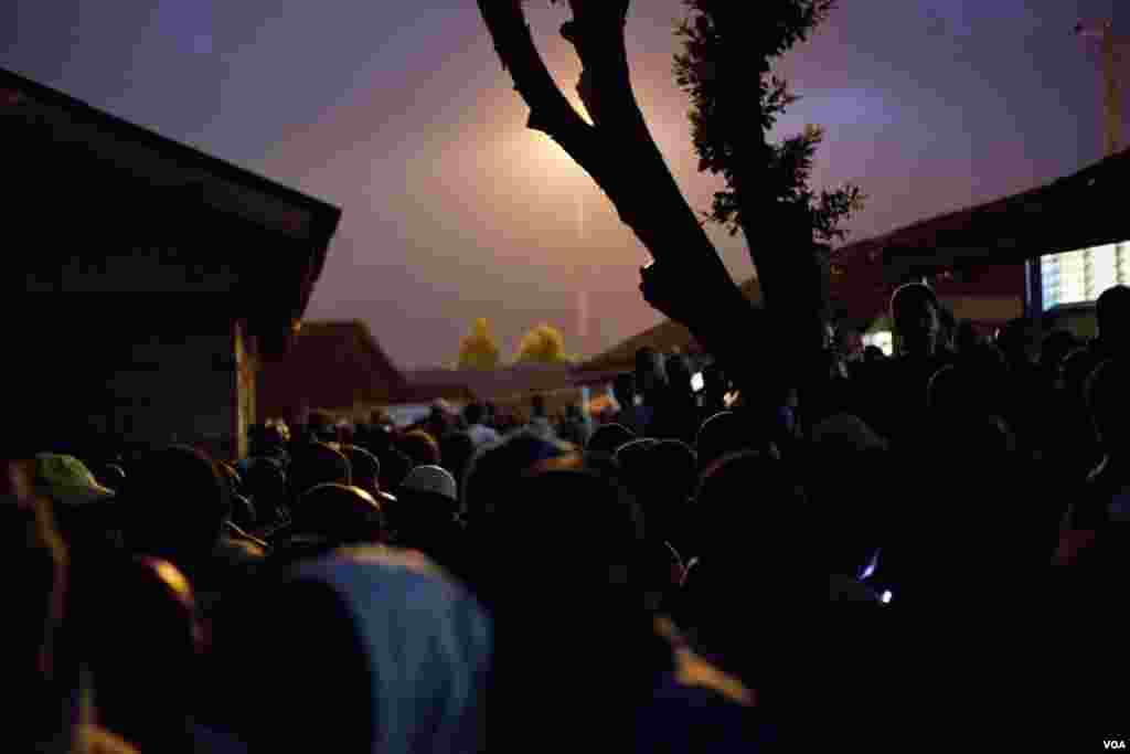 Thousands waited in the dark outside the Olympic primary school for the polls to open at 6 am Monday morning, March 4, 2013. (R. Gogineni/VOA)