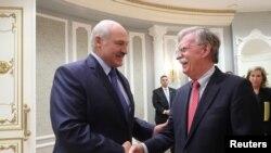 Александр Лукашенко приветствует Джона Болтона в Минске