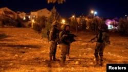 27일 팔레스타인 자치지역인 서안지구에서 17세 소년이 유대인 정착촌 '아담'에 침입해 3명을 칼로 찌른 후 사살된 가운데 경찰들이 현장인근에서 삼엄한 경비태세를 유지하고 있다.