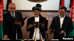 Prezident Ashraf G'ani vitse-prezidentlar Abdul Rashid Do'stum (chapdan) va Sarvar Danish bilan, Kobul, 2014