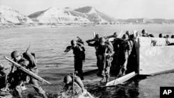 图为美军1950年7月在朝鲜半岛东部登陆时